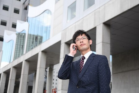 携帯電話で電話をする男性